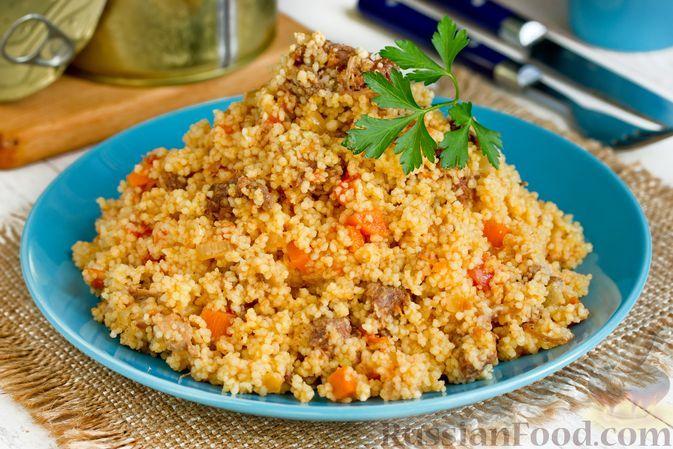 Фото к рецепту: Кускус с помидорами и тушёнкой