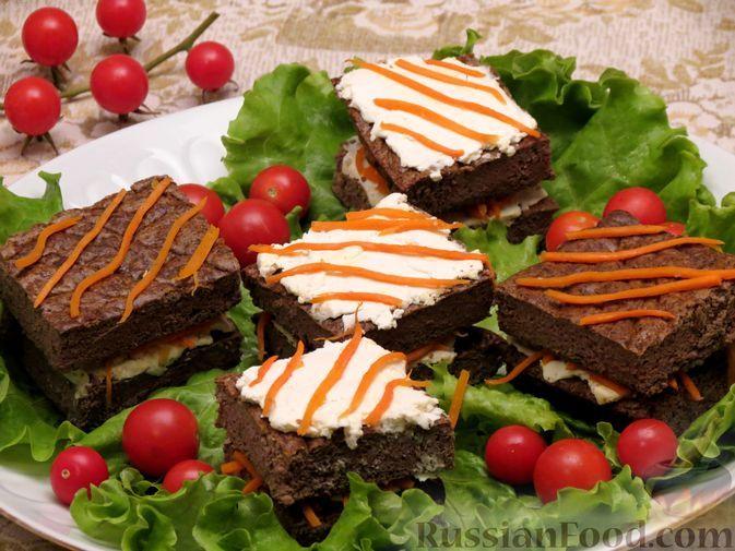 Фото к рецепту: Закусочные пирожные из куриной печени с сыром и морковью по-корейски