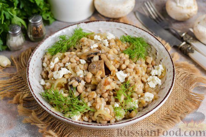 Фото к рецепту: Перловка с фасолью, жареными шампиньонами и брынзой