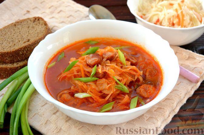Фото к рецепту: Томатный суп с квашеной капустой и копчёными колбасками