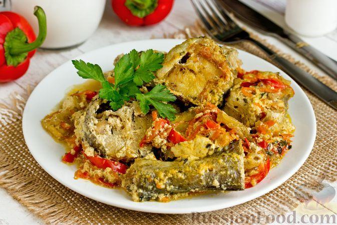 Фото к рецепту: Минтай, тушенный с овощами и сливками
