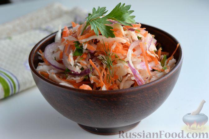Фото к рецепту: Салат с квашеной капустой, морковью и маринованным луком