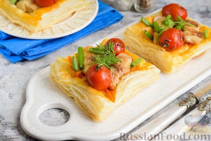 Фото к рецепту: Открытые слойки с рыбой, морковью и помидорами черри