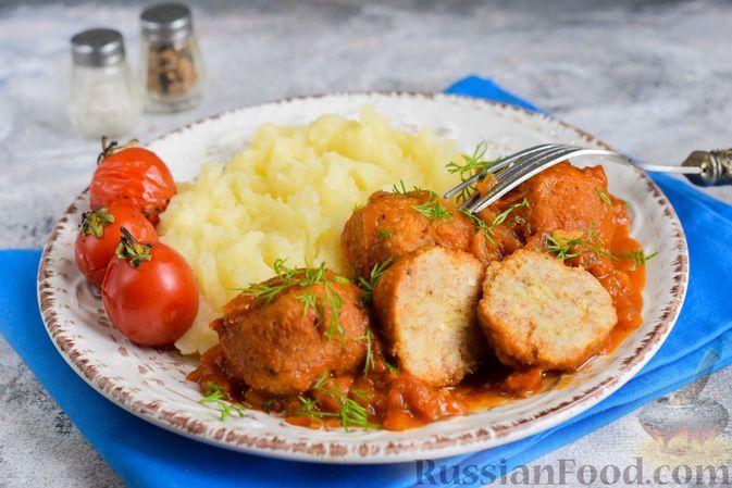 Фото к рецепту: Рыбные тефтели, тушенные в томатном соусе